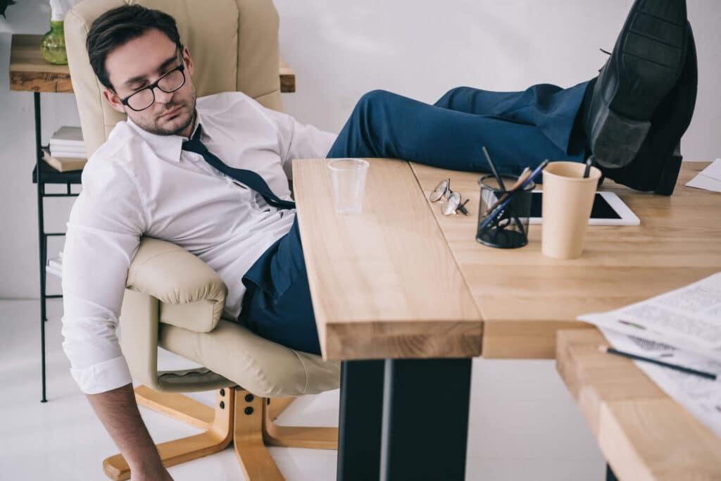 מנהל ישן על הכורסא